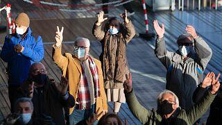 Belçika'daki duruşma sırasında mahkeme binası önünde eylem
