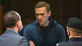 زعيم المعارضة الروسي أليكسي نافالني مع أحد محاميه أثناء جلسة استماع في المحكمة في موسكو 2 فبراير 2021