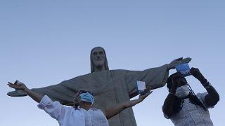 بجوار تمثال المسيح المنقذ على جبل كوركوفادو في ريو دي جانيرو - البرازيل