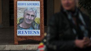 ملصق يصور هيرفيه غورديل، المرشد الجبلي الفرنسي الذي  تم اختطافه مساء 21 سبتمبر أثناء تجواله في منطقة القبائل الوعرة والغابات الكثيفة في الجزائر، حيث تنشط القاعدة.