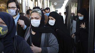 أناس برتدون كمامات حتى للوقاية من انتشار فيروس كورونا في طهران. 2020/10/11