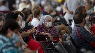 Personas mayores esperan para vacunarse contra la COVID-19 en un centro de vacunación en Santiago de Chile.