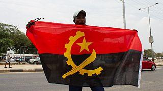 Manifestante com bandeira de Angola