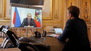 الرئيس الفرنسي إيمانويل ماكرون يتحدث مع الرئيس الروسي فلاديمير بوتين خلال مؤتمر بالفيديو في 26 يونيو 2020.