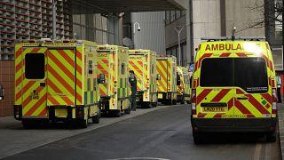 سيارات إسعاف أمام مستشفى لندن الملكي - بريطانيا