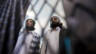 يمنيان يشتبه بأنهما ينتميان إلى تنظيم القاعدة رهن الاعتقال