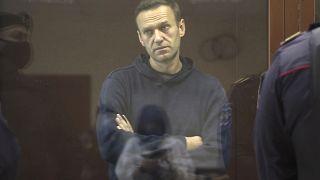 Alexéi Navalni se encuentra en una cabina durante una audiencia por supuestas calumnias, en el Tribunal de Distrito de Babuskinsky en Moscú, Rusia, el 5 de febrero de 2021.