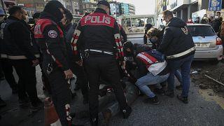 رجال شرطة يعتقلون طلابا تظاهروا في إسطنبول ، 4 فبراير 2021