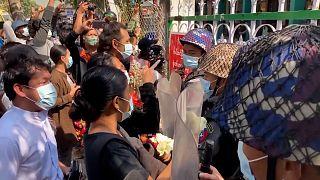 Με λουλούδια υπέρ των ακτιβιστών στην Μιανμάρ