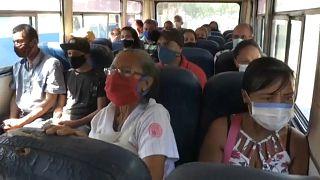 Pasajeros en un autobús de Caracas, Venezuela