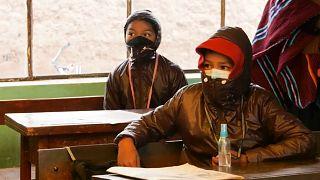 Niños bolivianos en clase en Jesús de Machaca