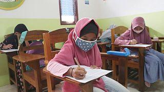 طالبات في مدرسة نور الأمل الإسلامية في تانغيرانغ 23 نوفمبر 2020