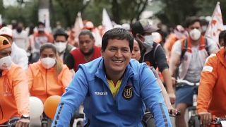 Andrés Arauz seguido por un pelotón de seguidores durante la campaña electoral