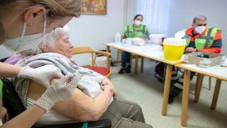 مسنّة ألمانية تتلقى لقاح فايزرضد كورونا في دار رعاية المسنين بمدينة  توبنغن ، ألمانيا ، الجمعة 5 فبراير 2021