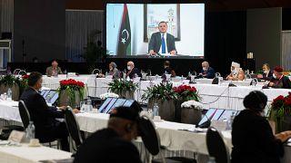 عبد الحميد محمد دبيبة وهو يلقي خطابًا عبر رابط فيديو خلال اجتماع منتدى الحوار السياسي الليبي في جنيف.