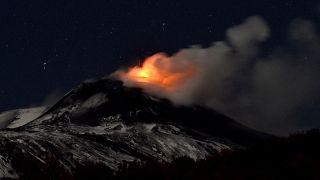 شاهد: بركان إتنا الإيطالي يستمر في إلقاء الحمم وسط مشاهد مثيرة تجذب السياح