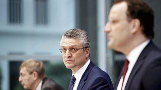 Almanya Robert Koch Enstitüsü Başkanı Lothar Wieler ve Sağlık Bakanı Jens Spahn salgınla ilgili basın toplantısı düzenledi