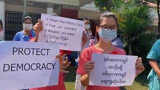 Diákok és tanárok tiltakoztak a mianmari puccs ellen