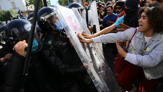 متظاهرون تونسيون يواجهون الشرطة في محيط وزارة الداخلية في العاصمة تونس يوم 30 يناير 2021