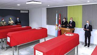قيس سعيد يقف بجانب نعوش الجنود الأربعة الذين قتلوا يوم الخميس 4 فبراير 2021 ، المستشفى العسكري بتونس العاصمة.