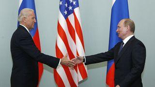 صورة تجمع الرئيس الروسي فلاديمير بوتين والرئيس الأمريكي جو بايدن في العاشر من شهر آذار/مارس 2011 حينها كان الأخير نائباً لرئيس الولايات المتحدة