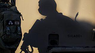 A sombra de um soldado israelita, num posto de controlo junto à fronteira com Gaza