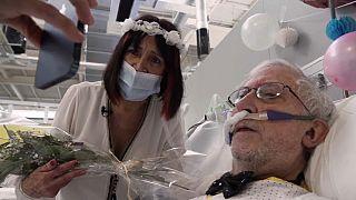 Un mariage entre deux patients atteints du Covid-19 dans l'hôpital Isabel Zendal près de Madrid, en Espagne, le 4 février 2021