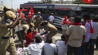 الشرطة تعتقل نشطاء من منظمات مختلفة أغلقوا طريقًا سريعًا خلال مظاهرة دعا إليه آلاف المزارعين الهنود احتجاجًا على قوانين الزراعة الجديدة في البلاد.