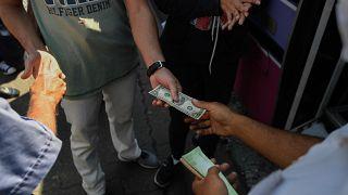 الحافلات تتحول إلى مكاتب صرف العملة في المناطق الفقيرة في فنزويلا.