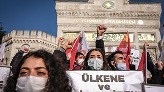 A baloldali nacionalista Török Ifjúsági Szövetség tagjai a Bogazici Egyetem előtt 2021. február 5-én
