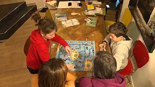Una famiglia intorno a un gioco in scatola