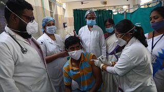 تطعيم شخص ضد كورونا في الهند