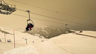 Un ciel couleur ocre dans la station de ski d'Anzere, en Suisse, le 6 février 2021