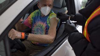 رجل يستعد للحصول على لقاح كوفيد- 19 في موقع للتطعيم في ليغ سيتي في تكساس.