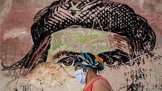 رنگ باختن نقاشی دیواری چهگوارا، از نمادهای انقلاب کوبا، در خیابانی در هاوانا