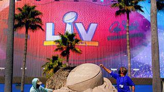 A Super Bowl trófeáját formázzák homokból a tampai Raymond James Stadion előtt