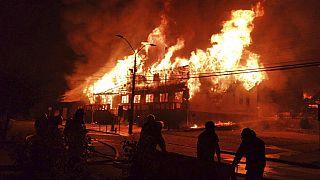 Şili'deki protestolarda Panguipulli belediye binasının da aralarında olduğu birçok yapı ateşe verildi
