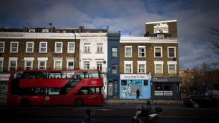 أضيق منزل في لندن '' (مطلي باللون الأزرق) في غرب لندن.