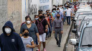Wähler*innen auf dem Weg zum Wahllokal im ecuadorianischen Guayaquil