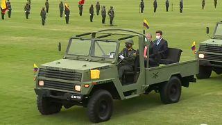 El ministro de Defensa colombiano, Diego Molano, se traslada en un vehículo militar junto al presidente, Iván Duque, durante la ceremonia de su nombramiento.