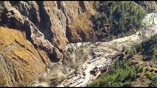 Colapso de glaciar nos Himalaias destruiu provocou enxurrada de água e lama