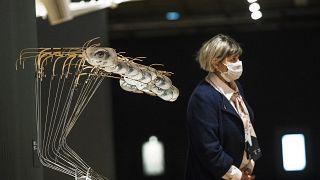 "Женщина проходит мимо экспоната ""Волна. Объект. 2014"" на выставке в ГТГ"