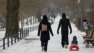 Schlittenfahren mitten in Berlin dank Wintereinbruch