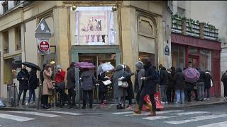 Fila para visitar galeria de arte parisiense