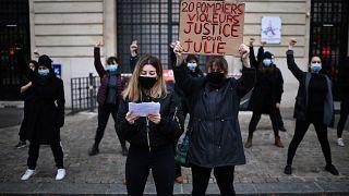 """Manifestation de soutien à """"Julie"""", le 13 décembre 2020 devant une caserne de pompiers à Paris, France"""