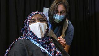 Una mujer recibe una dosis de la vacuna en la mezquita East London de Whitechapel, Londres
