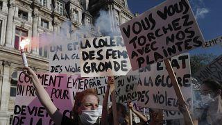 Manifestantes en París en apoyo a Julie, una supuesta víctima de violación