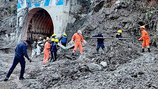 فاجعه شکست یخچال طبیعی در شمال هند (امدادگران در حال نجات کارگران گرفتار در تونل)