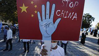 Çin'in Uygurlara yönelik ihlallerini protesto eden bir kişi