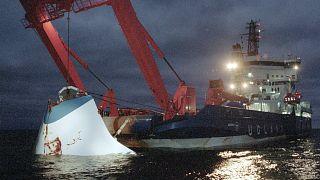 Auf diesem Archivbild vom 19. November 1994 wird die Bugklappe der gesunkenen M/S Estonia vor der Ostsee-Insel Utö in der Nähe von Finnland vom Meeresgrund gehoben.